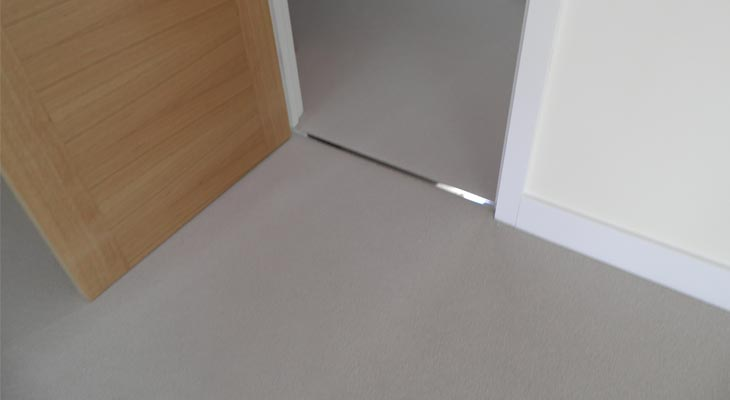 Flat doorway finishes using floor levelling screeds
